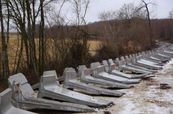 Des pans du mur de l'Andra renversés par des anti-Cigéo dans le bois Lejuc, janvier 2017. (JL)