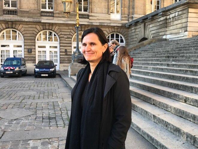 Angélique, militante à Bure, et Joël, en arrière plan, devant le Palais de justice de Paris, mercredi 14 novembre (JL)