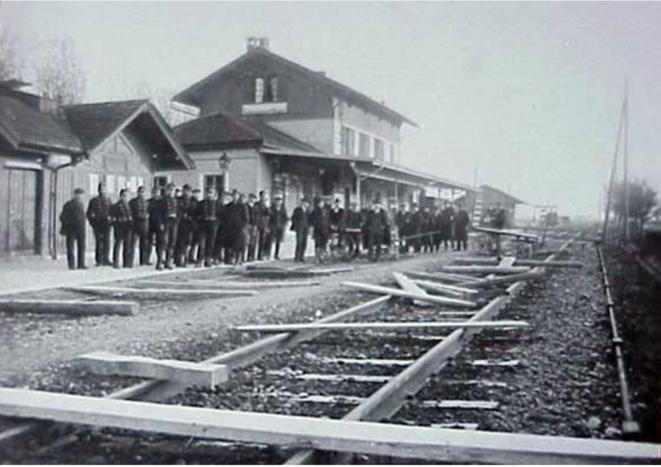 Attroupement pacifique de soldats et de travailleurs lors d'un blocage de voies de chemin de fer à Granges le 13 novembre 1918 (Archives de la ville de Granges) Source: Unia