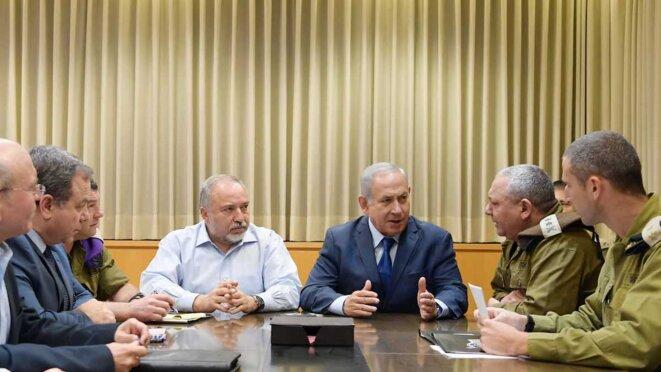 Avigdor Lieberman, à droite, avec Benjamin Netanyahou lors du conseil de sécurité du 13 novembre 2018. © GPO