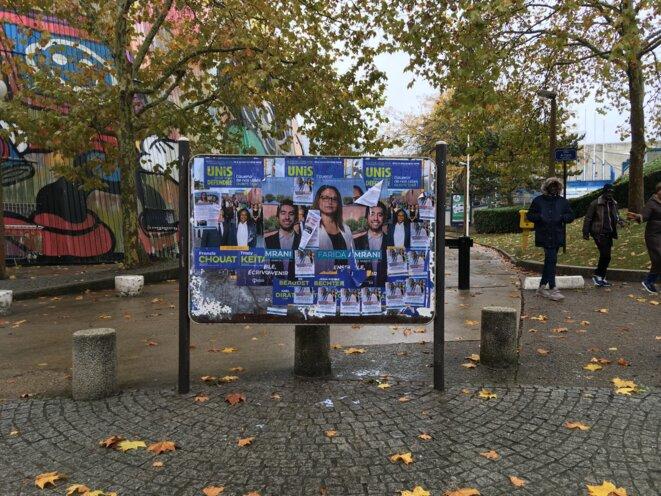 Affiches électorales devant l'Agora, à Évry. © CD