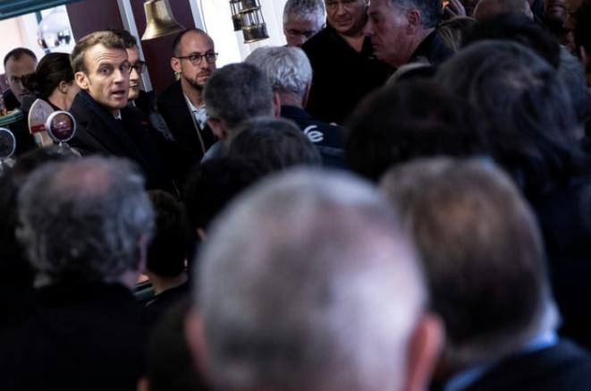 Emmanuel Macron dans un bar de Lens (Pas-de-Calais), le 9 novembre. © Reuters