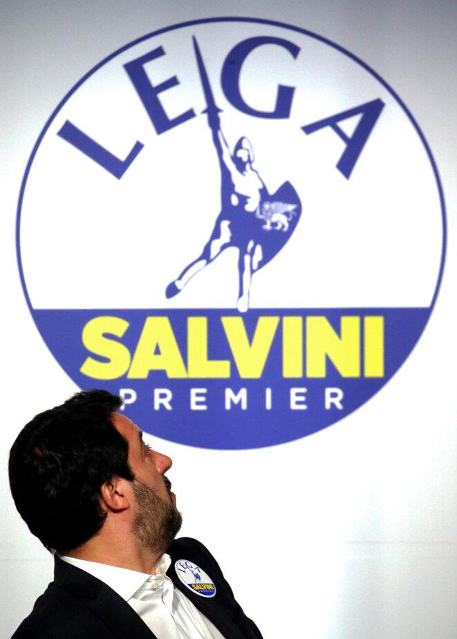 Matteo Salvini, chef de la Ligue, devant son logo pendant la campagne de 2018. © Reuters