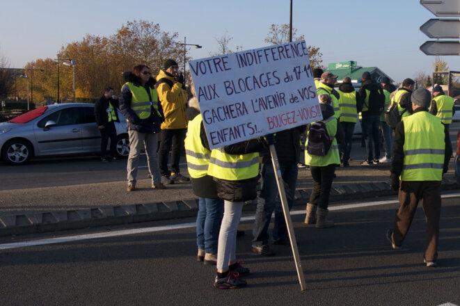 Des manifestants sur un point de blocage à Thillois, dans la périphérie de Reims. © Manuel Jardinaud