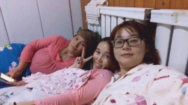 Deux travailleurs civils envoyés à droite (à droite) partagent un lit avec leur hôte ouïghour. L'image a été publiée par la Ligue de la jeunesse communiste du Xinjiang sur la plate-forme de médias sociaux WeChat.