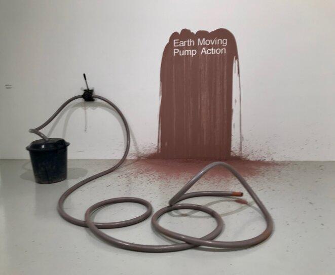 """Angela Bulloch, """"Earth Moving Pump Action"""", 1994, Installation, pompe à membrane, boue, poubelle, tuyau, Dimensions variables, Collection Frac Bourgogne © Angela Bulloch, crédit photo: Guillaume Lasserre"""