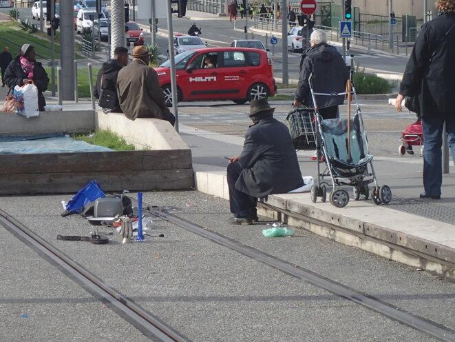 Pont Michel à Nice (06300) Le vendeur sur le quai du tramway © Didier CODANI