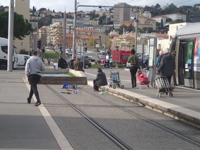 Vendeur à la sauvette sur un quai de tramway à Pont Michel © Didier CODANI