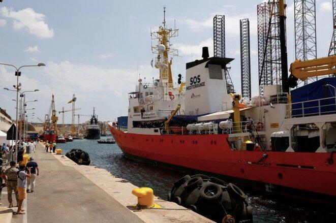 Privé de pavillon par le Panama en septembre, l'« Aquarius » attend à Marseille de pouvoir reprendre ses opérations de sauvetage. © Reuters