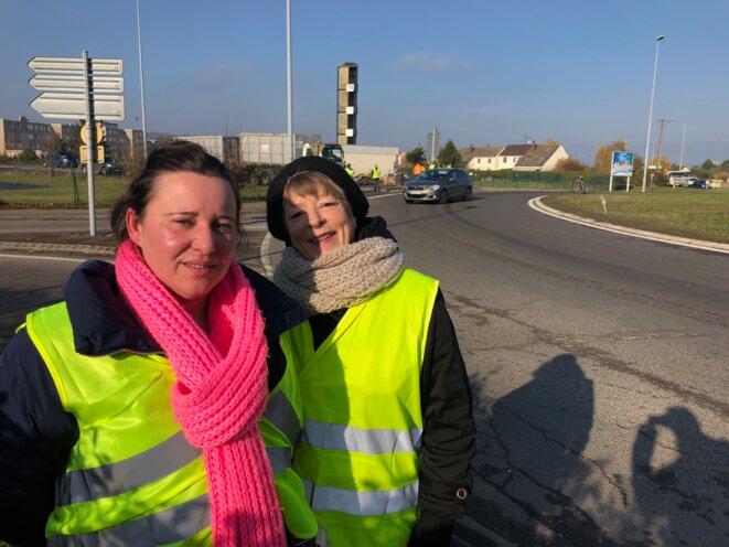 Rose et Chantal sur le rond-point de Gaillon, le 21 novembre. © (FB)