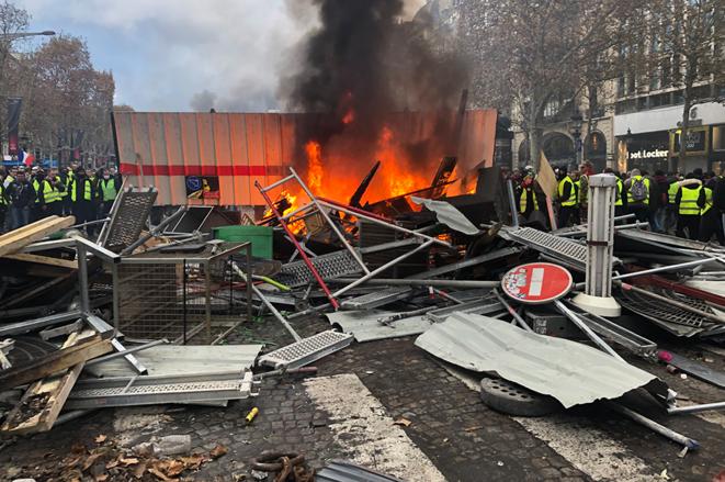 Une barricade sur les Champs-Élysées. © Christophe Gueugneau