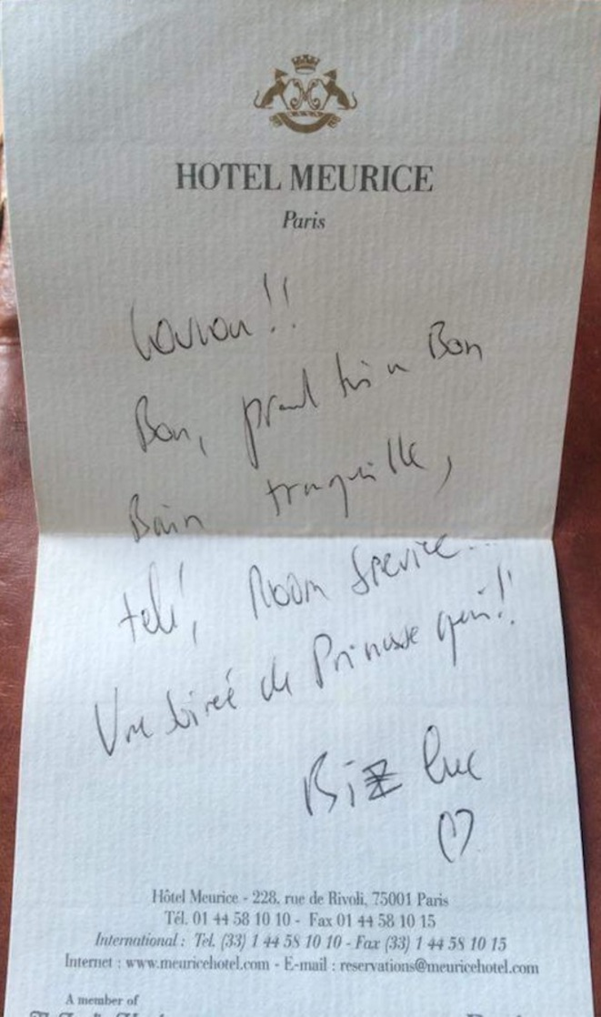 The note Ananda says Luc Besson left for her at the reception desk of the Hotel Meurice. © Document Mediapart
