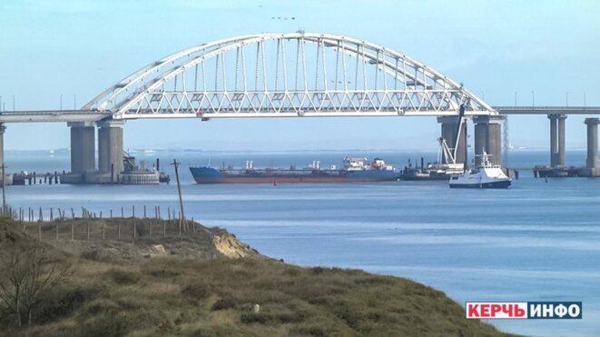 Un pétrolier sous l'arche centrale du pont de Kertch pour bloquer l'accès au détroit.