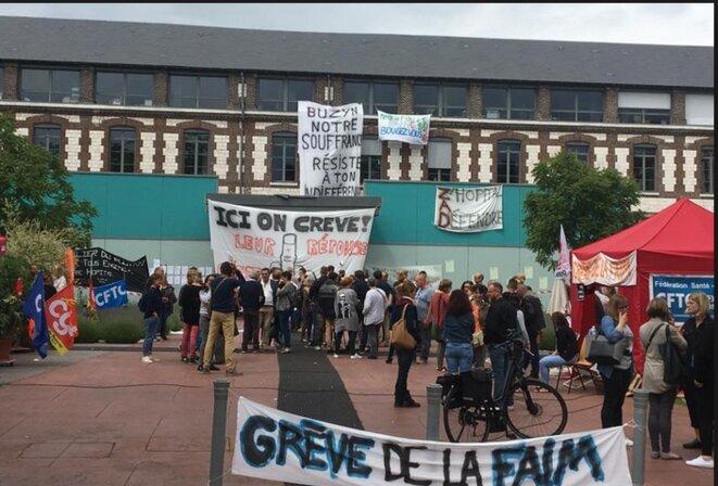 """Lutte du personnel du Rouvray, avec grève de la faim [Photo parue dans le journal """"La Riposte""""]"""