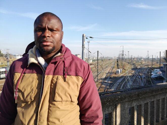 Mamadou Camata, posant près de la gare du Bourget, à Drancy. © Cyrielle CHAZAL