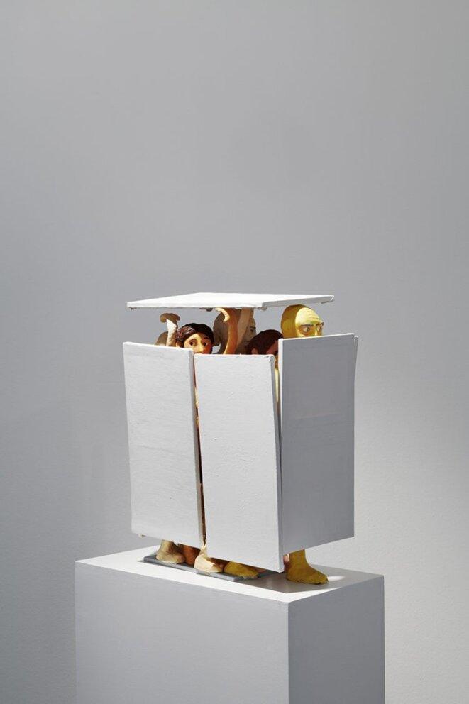 "Bertold Stallmach, ""Sieben ziehen sichuan der Affäre"", plasticine, papier-mâché et divers média, 2013, Galerie Susanna Kulli, Zürich © Bertold Stallmach, courtesy Galerie Susanna Kulli, Zürich, crédit photo: Daniela Droz Tonatiuh Ambrosetti"