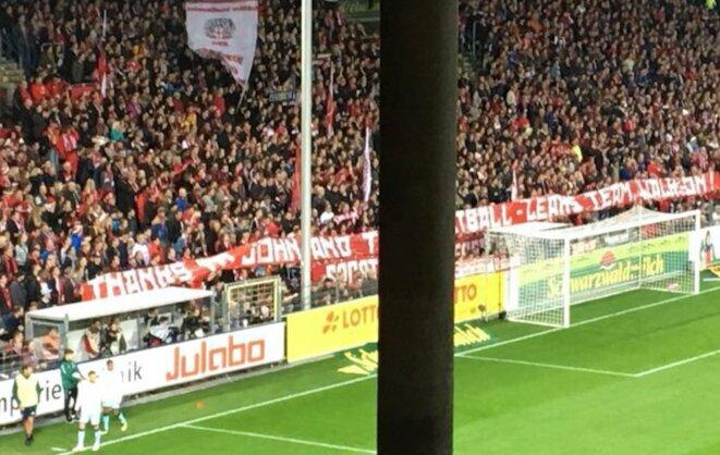 """Banderole déployée par les supporters du club allemand de Fribourg après nos révélations : """"Merci à John et à l'équipe Football Leaks. Continuez !"""" © D.R."""