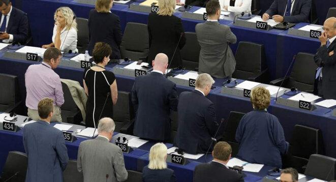 Manifestation d'élus européens réclamant en séance le droit à la fessée
