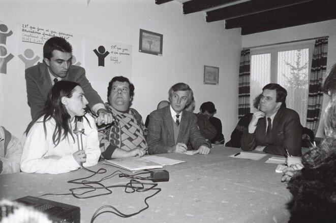 Claude Evin, ministre de la Solidarité, de la Santé et de la Protection sociale pour évaluer un an de RMI, à Herblay le 07/12/1989 (© Géron/ ATD Quart Monde – Centre Joseph Wresinski 0468 008 072)