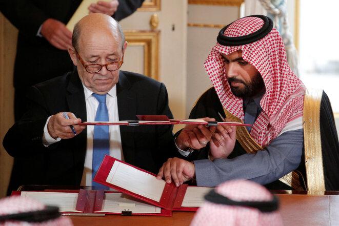 Le Drian et le prince héritier ben Salmane en avril 2018 pour une signature de contrats, une activité que le ministre français entend préserver à tout prix. © Reuters