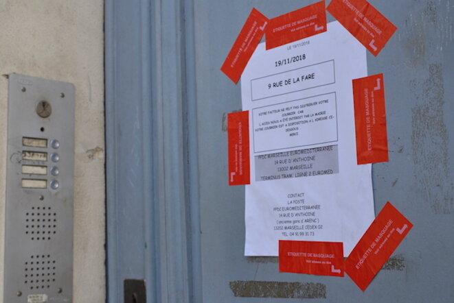 Affiche sur le 9, rue de la Fare, où un loquet a été posé mais pas de scellés. © LF