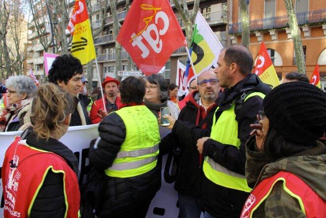 À Toulouse, « gilets jaunes » et membres du cortège CGT-FSU-Solidaires, samedi 1er décembre. © ER