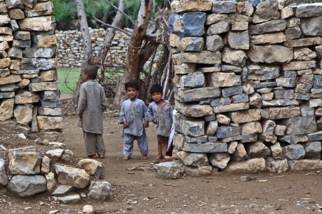 children-poor-house-dirty-curious-looking-afghani-1143354