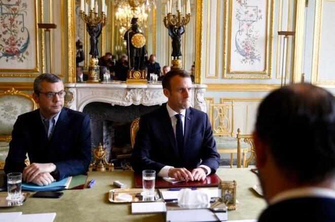 Emmanuel Macron entouré d'Édouard Philippe et du secrétaire général de l'Élysée, Alexis Kohler, le 2 décembre, à l'Élysée. © Reuters