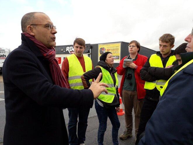 Le député LREM Bruno Questel rencontre des gilets jaunes à Louviers (Eure) le 3 décembre. © Twitter/@BQuestel