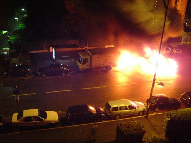 Une voiture en feu à Sèvres pendant les émeutes de 2005.