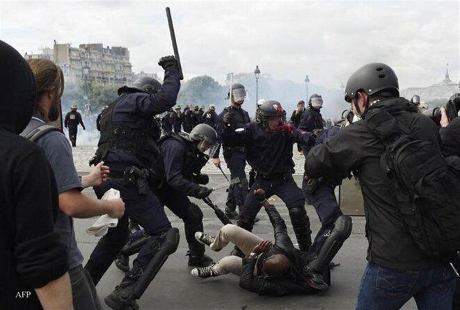 17-represio-n-policial-durante-las-protestas-contra-la-reforma-laboral-afp-dominique-faget