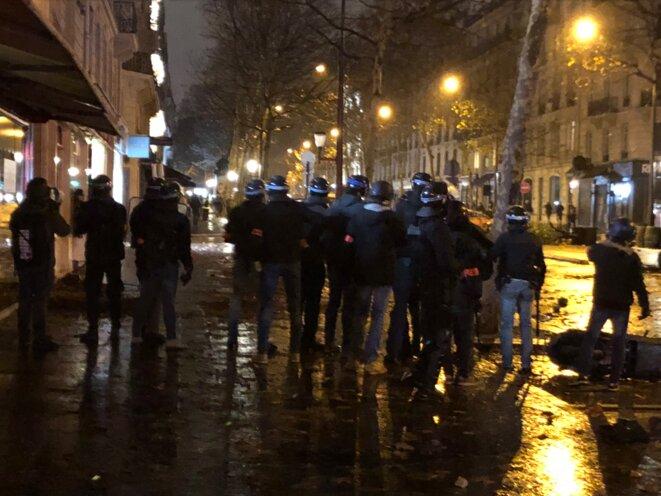 Forces de police place Saint-Augustin, à Paris, le 1er décembre. © karl Laske