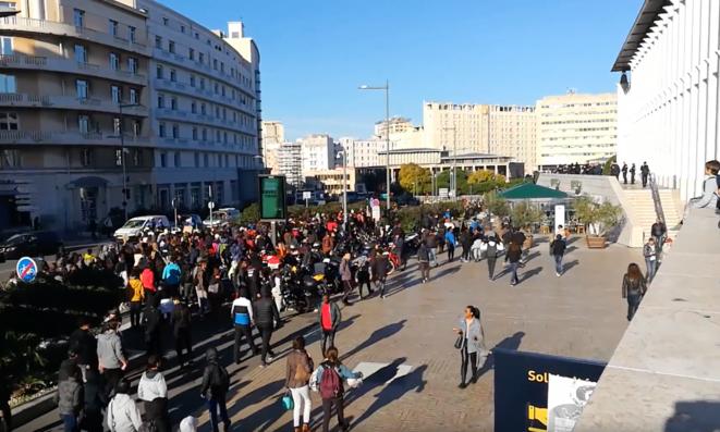 Des lycéens rejoignent la fac Saint Charles en passant devant l'extension Tgv de la gare © Philippe Léger