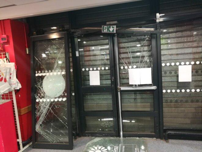 Le Casino Supermarchés 56 bd. Camille Flammarion à Marseille (1e), victime collatérale des affrontements entre les forces de l'ordre et des casseurs. © Philippe Léger