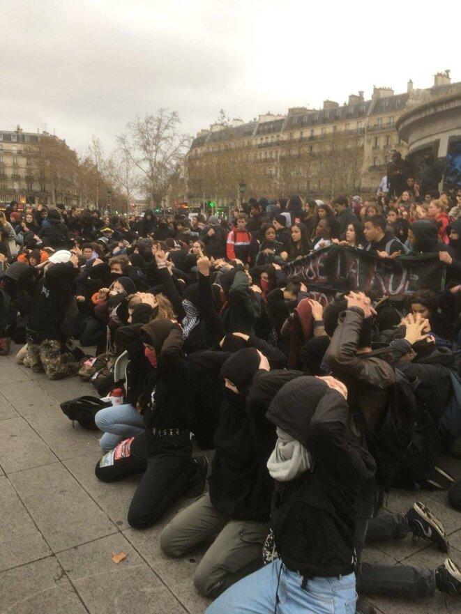 Place de la République à Paris : hommage aux lycéens de Mantes-la-Jolie (photo de Léo Kloeckner)