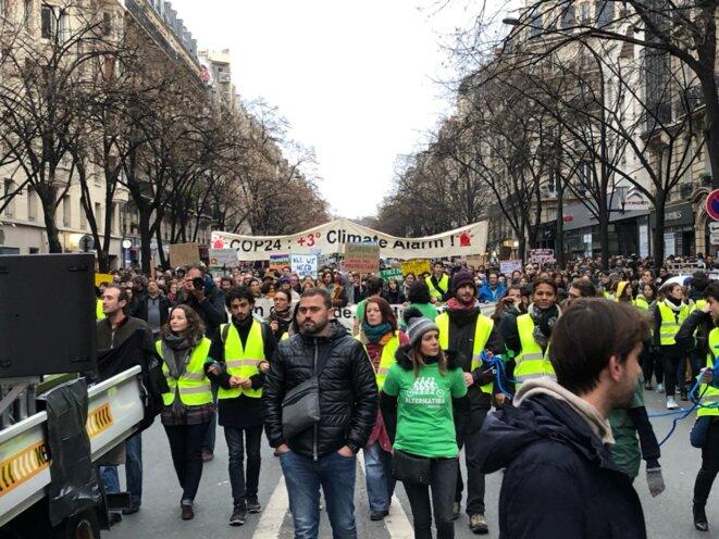 Dans le cortège, les marcheurs pour le climat et «gilets jaunes» se retrouvent, à Paris, le 8 décembre 2018. © EP