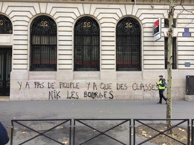 La façade taguée de la Société générale, boulevard Haussmann. © J. C.