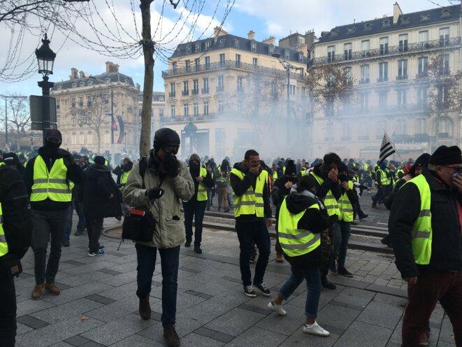 Sur les Champs-Élysées, à Paris, samedi 8 décembre dans la matinée. © Mathilde Goanec