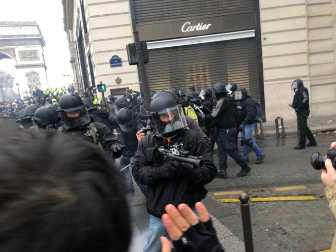 Sur les Champs-Élysées, une unité mobile déployée par la préfecture. © Karl Laske