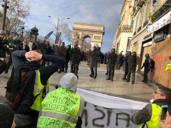 Manifestants en haut des Champs-Élysées, le 8 décembre. © Karl Laske