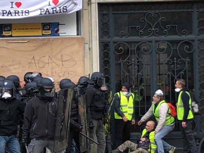 Un manifestant légèrement blessé sur les Champs-Élysées. © Karl Laske