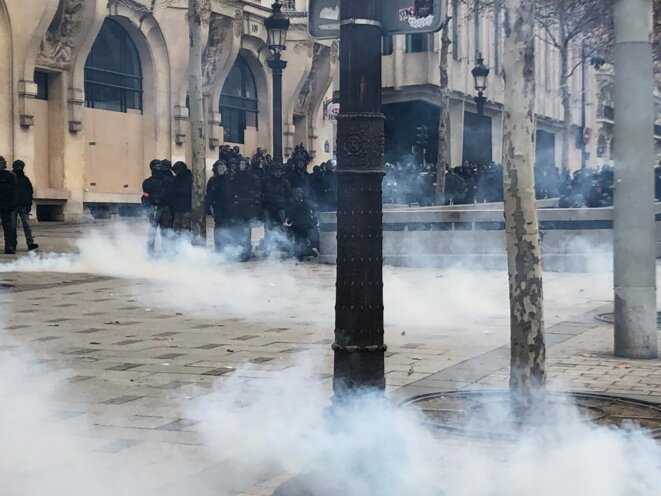 Les forces mobiles se positionnent sur les trottoirs des Champs-Élysées. © Karl Laske