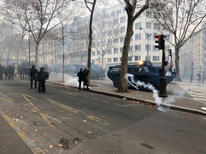 Les blindés de la gendarmerie, avenue Marceau. © Karl Laske