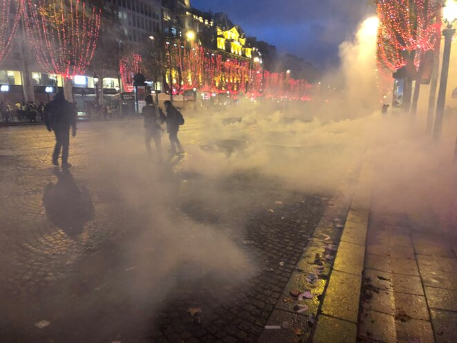 En début de soirée, un premier déluge de grenades sur les Champs Elysées. © karl Laske