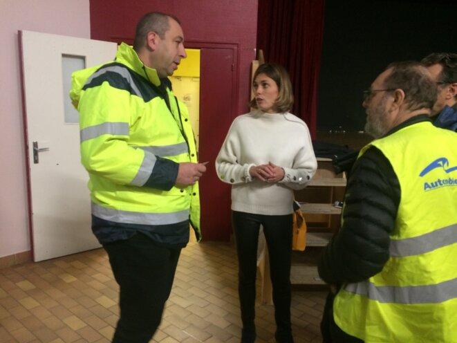 Caroline Janvier, députée LREM du Loiret, avec des gilets jaunes, le 7 décembre 2018. © MJ