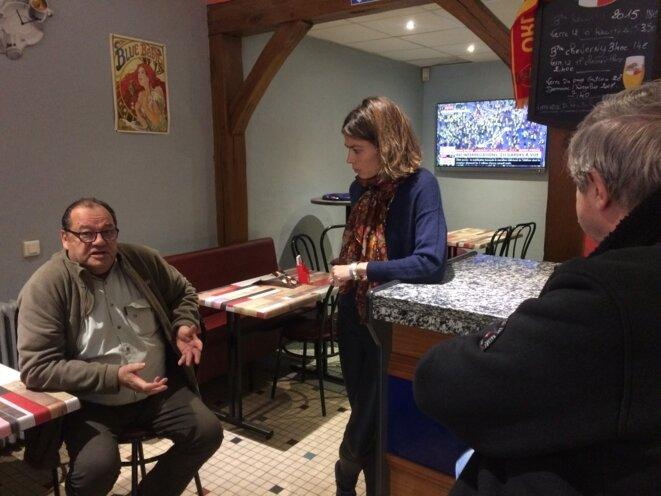 Caroline Janvier, députée LREM du Loiret, échange avec les clients d'un bar, le 8 décembre 2018.. © MJ