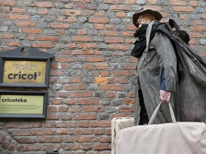 L'Eternel Errant devant la Cricoteka © Agnieszka  Zgieb