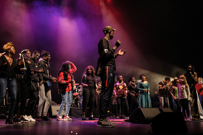 Fatoumata Diawara sur la scène du Théâtre de Sartrouville (Yvelines) avec son public le 7 décembre 2018. © Florian Dacheux