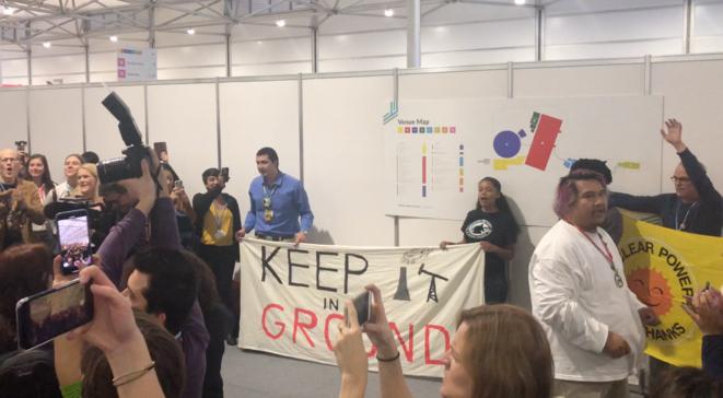 Des militants ont perturbé un événement organisé par les États-Unis lundi, à Katowice, pour promouvoir les énergies fossiles. © CG