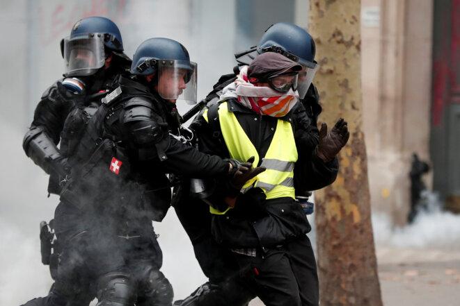 Une arrestation à Paris, le 8 décembre. © Reuters